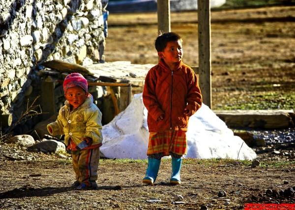 Nepalskie dzieci bawią się na zewnątrz